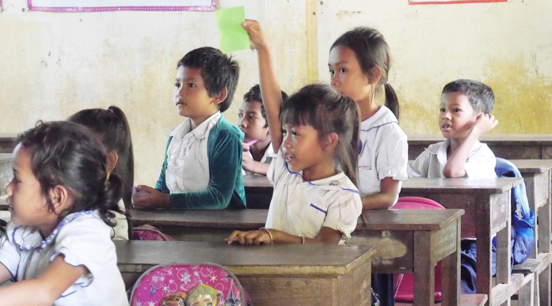 カンボジアの学校で学ぶ幼い子供たち